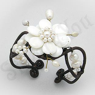 Bratara fantezie siret cu floare alba sidef si perle - PK1491